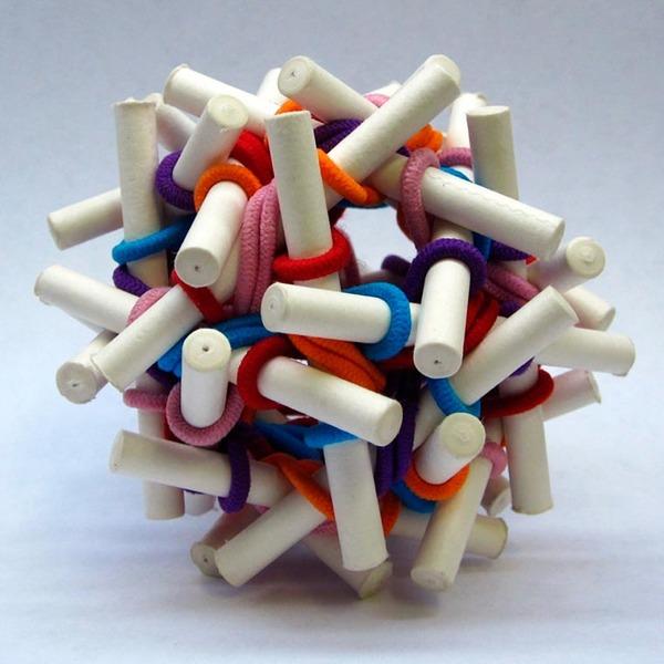 規則的!事務用品などの小物で作られた幾何学的な彫刻 (9)