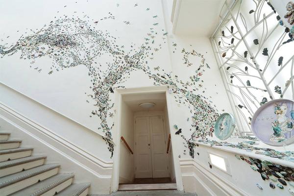 一万のカブトムシや昆虫の群れがノッティンガム城の壁を這う! (3)