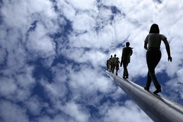 向かって空に歩く人間彫刻 ジョナサン·ボロフスキー