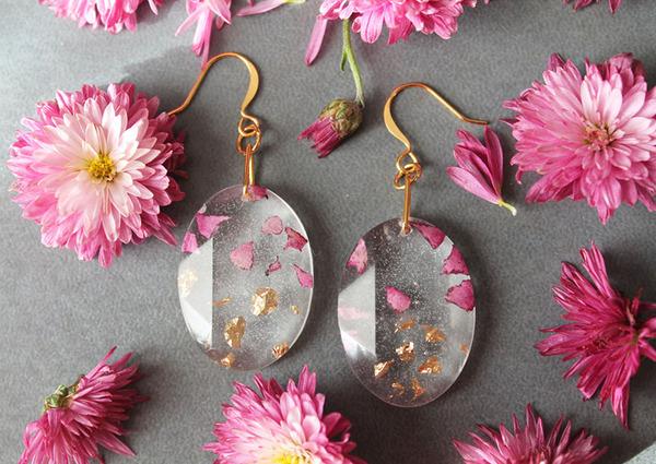 透明な樹脂の中に花や金箔を散りばめたレジンアクセサリー (1)