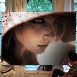 写真にしか見えない…女性モデルを描いたハイパーリアルな絵