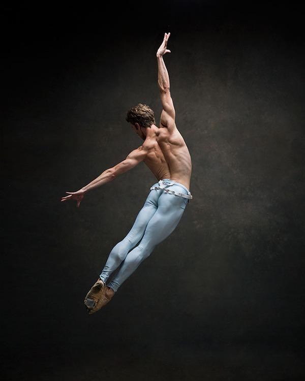 踊りが生み出す芸術。優美なダンサーの写真 (3)