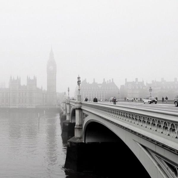 霧のロンドン。霧に覆われた幻想的なロンドンの街の写真 (9)