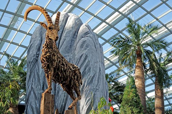 流木で作られたヤギの彫像,彫刻