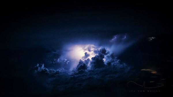 コックピットから撮影された壮大な空の写真 (11)