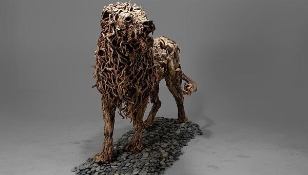 流木で作られた雄ライオンの彫像,彫刻