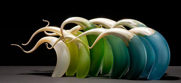ニュルもしくはニョロっとした波打つ半透明性のガラス彫刻 (3)