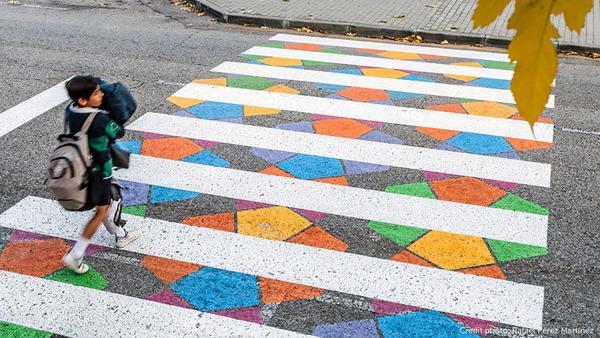 横断歩道がカラフルにペイントされたスペインの首都マドリード (6)