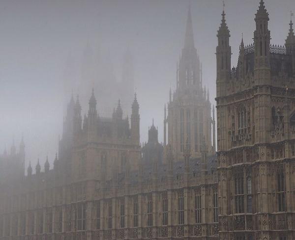霧のロンドン。霧に覆われた幻想的なロンドンの街の写真 (3)