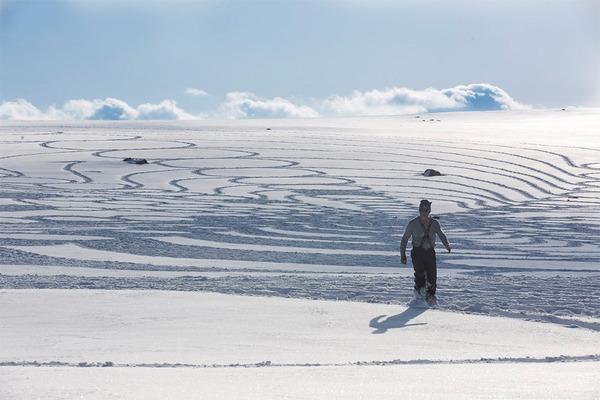 巨大な幾何学模様!真っ白な雪原に壮大な地上絵を描く (4)