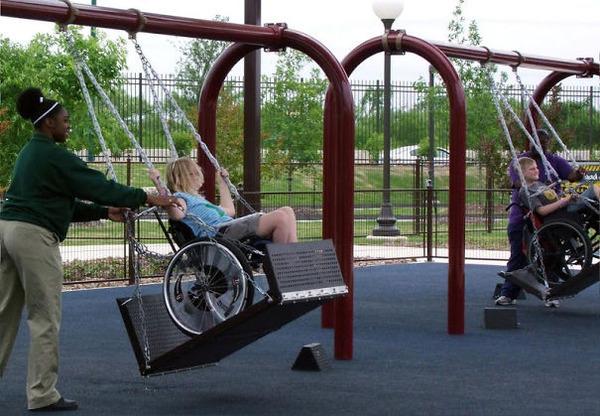 #17 車椅子の人々のために人動ブランコ