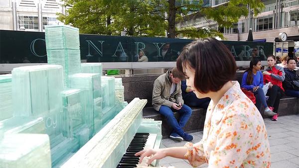 ガラスのピアノ!古い窓ガラスを接着して作ったピアノ (13)
