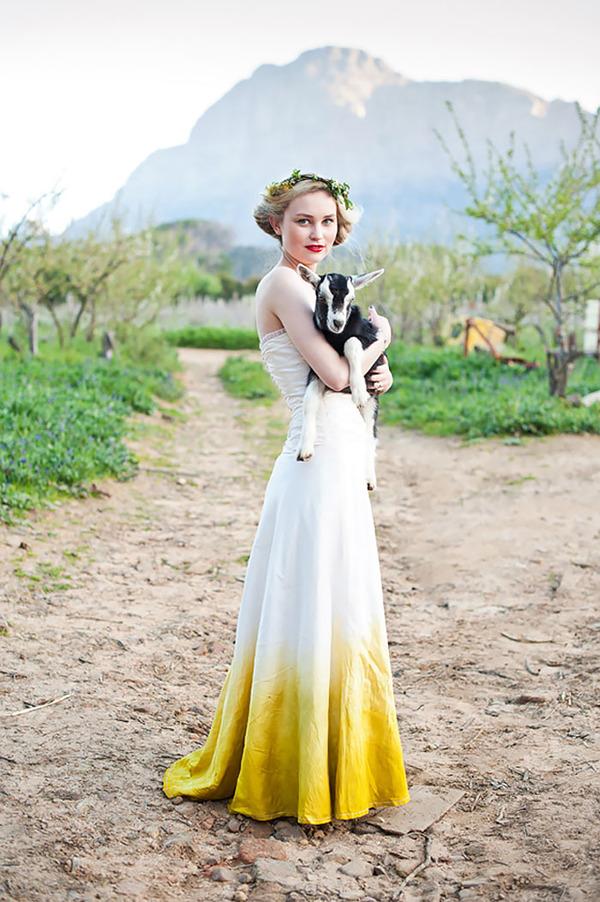 鮮やかなカラーが美しい。色が付いたウェディングドレス (17)