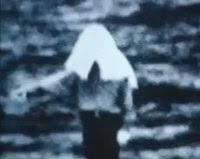 【画像】映画リングって貞子より布かぶって指差してる人のほうが怖いよな