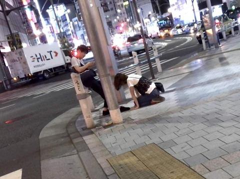 【悲報】上野駅前で彼女が彼氏に土下座 (※画像あり)