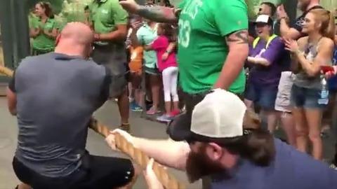 【話題】WWEレスラー3人vs雌ライオン一匹で綱引き勝負 ライオン圧勝でギャラリーがライオンに拍手喝采