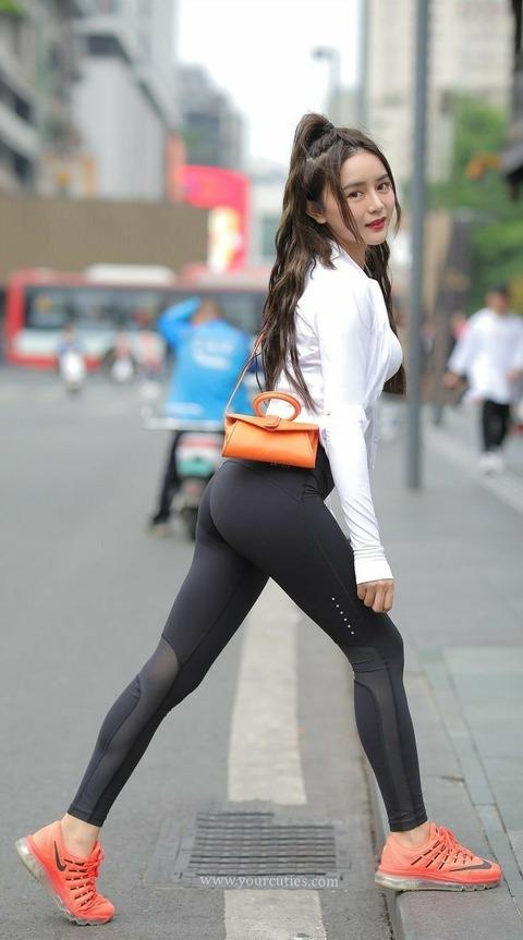 【画像】 何で中国でも韓国でも女にこういうファッションが流行ってるのに日本だけ流行らないんや?