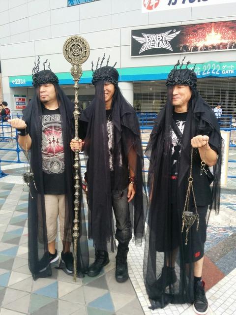 【悲報】BABYMETALの東京ドーム公演がおっさんのコスプレ大会wwwwwwww(※画像あり)
