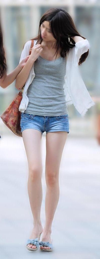 【画像】夏になるとこういう服装になる女の子wwwwwwwwwwwwww