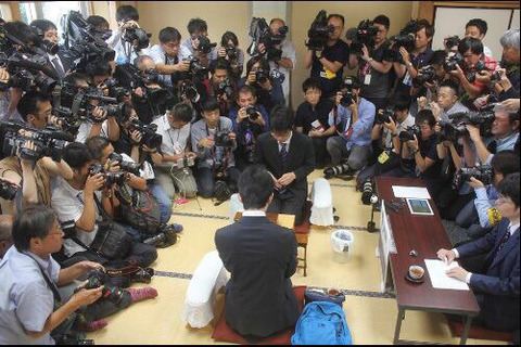 【画像】29連勝を達成した藤井聡太四段の周りのマスコミの数がエグい