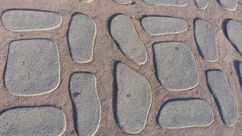【大論争】錯覚を起こす画像がまたもSNSで大論争に! 石が浮いて見えるvsヘコんで見える
