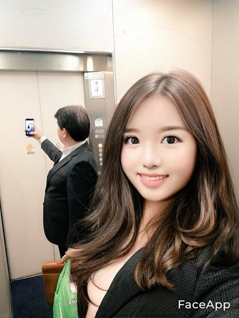 【画像】仕事帰りの美OLさん帰りのエレベーターの中でノーブラ自撮りwwwwwwwwww