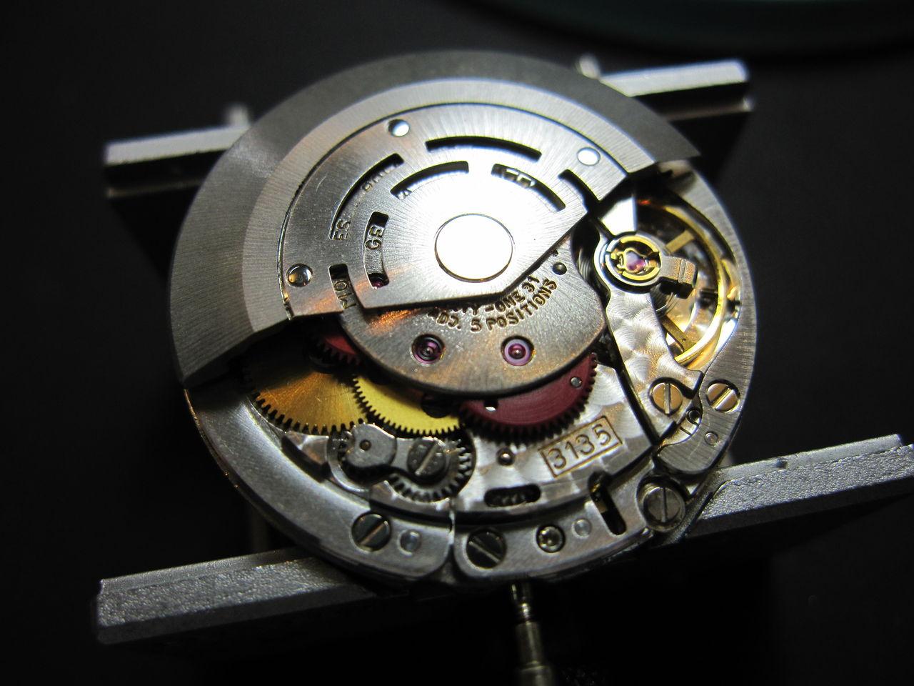 23b714dc44 バラしていくと文字盤裏と機械の間にほんのすこし水滴がありました。 まだ部品も錆びておらずセーフでした。  通常の洗浄注油を行い振角300°、日差+3~5秒に調整でき ...