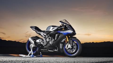 2018-Yamaha-YZF-R1M-EU-Silver-Blu-Carbon-Static-003