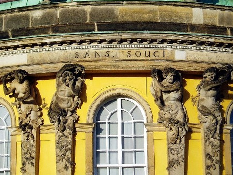 1280px-Bronzelettern_Sanssouci