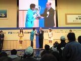常滑市出身の皆川浩二会長から表彰される今村豊