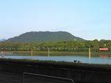 競艇場から見る鏡山