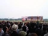 戸崎圭太を囲む吉高由里子と佐藤健