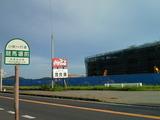 競馬場前バス停から見る