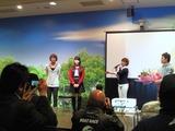 江戸川鉄兵に花束を贈呈した市村沙樹と中澤宏奈