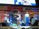 矢田亜希子似のカマナツから中村獅童似の赤岩へ花束贈呈