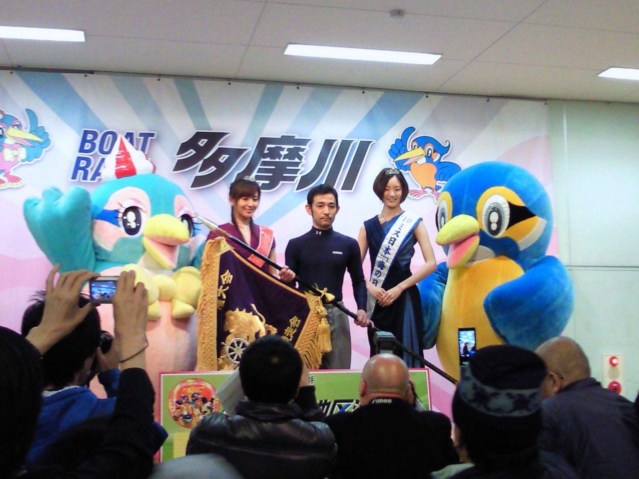 ミス日本に祝福されるミスミ