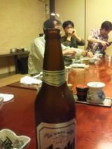 磯幸支店の店内。ビールびんに玉が。
