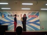 総理杯を授与する小泉元首相