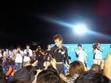ファンと握手する佐々木康幸