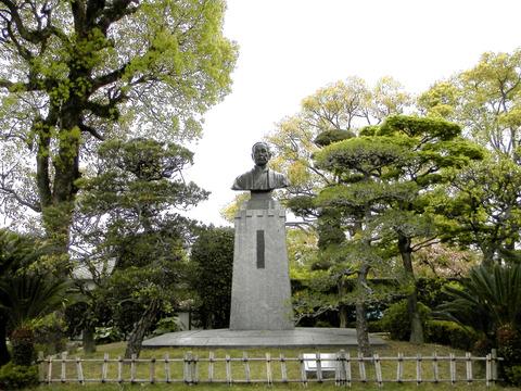 ①63福沢中庭銅像