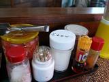 あづまラーメン:卓上の調味料