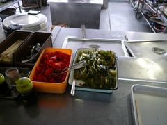 スノーダルマ食堂:カウンター上の野沢菜?
