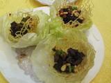 鴨肉と松の実の炒めレタス包み