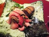 赤身のお肉に山菜を添えて