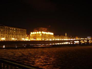 夜のアルノ川