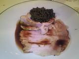 スライスした豚ローストとレンズ豆