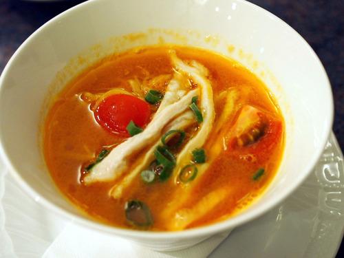 トマト風味の白湯そば