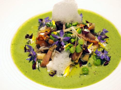 春の貝とエンドウ豆のブランタニエール