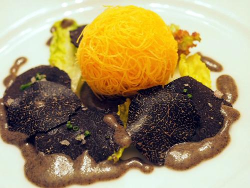 半熟卵と馬鈴薯の包み揚げと黒トリュフのサラダ