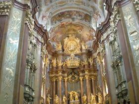 豪華な装飾の教会